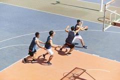 Adultos asiáticos jovenes que juegan a baloncesto fotografía de archivo