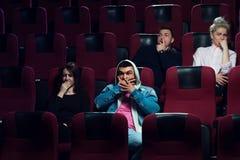Adultos assustado novos que olham o filme de terror fotografia de stock
