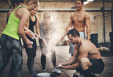 Adultos atléticos que aplican el polvo de talco a las manos Imagen de archivo