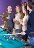 Adultos con el vino en la tabla de billar Fotografía de archivo libre de regalías
