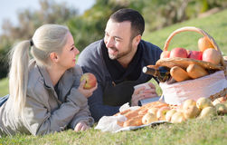 Adultos con las manzanas en naturaleza Imagen de archivo libre de regalías