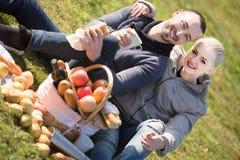 Adultos con las manzanas en naturaleza Foto de archivo libre de regalías