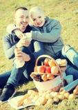 Adultos con las manzanas en naturaleza Foto de archivo