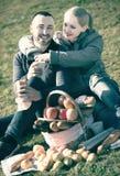 Adultos con las manzanas en naturaleza Imagenes de archivo