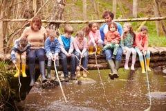 Adultos con los niños en el puente en el centro de la actividad al aire libre Foto de archivo