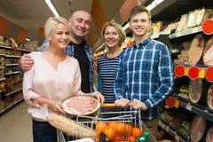 Adultos de la familia de cuatro miembros en el supermercado Imagenes de archivo