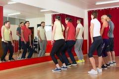 Adultos deportivos que bailan en la clase de danza Fotografía de archivo libre de regalías