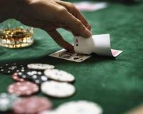Adultos diversos que jogam cartões do tiro Fotografia de Stock Royalty Free