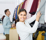 Adultos en buenas compras del humor en la tienda de ropa Fotografía de archivo libre de regalías