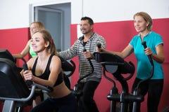 Adultos en gimnasio que se resuelven en la clase del grupo Imagenes de archivo