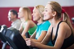 Adultos en gimnasio que se resuelven en la clase del grupo Foto de archivo