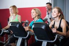 Adultos en gimnasio que se resuelven en la clase del grupo Fotos de archivo