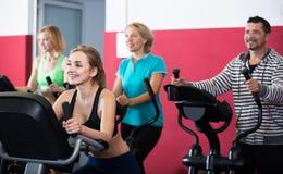 Adultos en gimnasio que se resuelven en la clase del grupo Imágenes de archivo libres de regalías