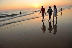 Adultos en la playa Costa Ballena en Chipiona, costa del diz del ¡de CÃ, Andalucía, España Imagen de archivo