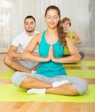 Adultos en la práctica de la yoga del grupo Fotografía de archivo