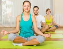 Adultos en la práctica de la yoga del grupo Imágenes de archivo libres de regalías
