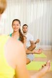 Adultos en la práctica de la yoga del grupo Foto de archivo libre de regalías