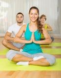 Adultos en la práctica de la yoga del grupo Foto de archivo