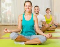 Adultos en la práctica de la yoga del grupo Fotos de archivo libres de regalías