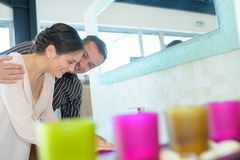 Adultos felices de los pares que eligen los grifos del cuarto de baño en tienda de la fontanería Imagen de archivo libre de regalías