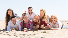 Adultos felices en la playa Foto de archivo