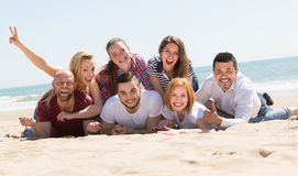 Adultos felices en la playa Fotos de archivo