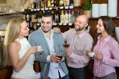 Adultos felices jovenes en la barra Imagenes de archivo