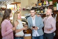 Adultos felices jovenes en la barra Fotografía de archivo