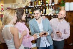 Adultos felices jovenes en la barra Fotografía de archivo libre de regalías