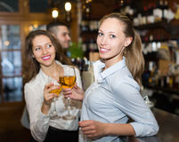 Adultos felices jovenes en la barra Imagen de archivo libre de regalías