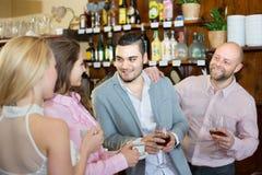 Adultos felices jovenes en la barra Fotos de archivo libres de regalías