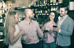 Adultos felices jovenes en la barra Foto de archivo libre de regalías