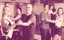 Adultos felices que bailan bachata Imagen de archivo