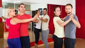 Adultos felices que bailan danza de los pares Fotografía de archivo