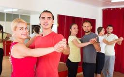Adultos felices que bailan danza de los pares Fotografía de archivo libre de regalías