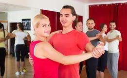 Adultos felices que bailan danza de los pares Imágenes de archivo libres de regalías