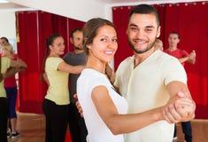 Adultos felices que bailan danza de los pares Foto de archivo libre de regalías