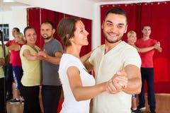 Adultos felices que bailan danza de los pares Fotos de archivo