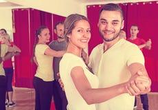 Adultos felices que bailan danza de los pares Imagenes de archivo