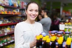 Adultos felices que eligen la comida enlatada Imágenes de archivo libres de regalías