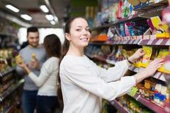 Adultos felices que eligen la comida enlatada Fotos de archivo