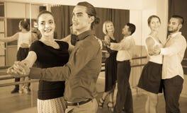 Adultos felices que tienen danzas del sepulcro Foto de archivo libre de regalías