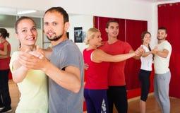 Adultos felizes que dançam a dança dos pares Fotos de Stock