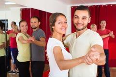 Adultos felizes que dançam a dança dos pares Fotos de Stock Royalty Free