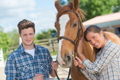 Adultos jovenes con el caballo Foto de archivo