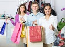 Adultos jovenes con las compras en tienda Foto de archivo