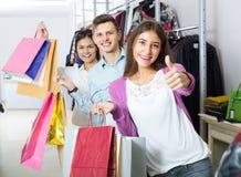 Adultos jovenes con las compras en tienda Imagenes de archivo