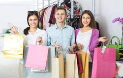Adultos jovenes con las compras en tienda Imagen de archivo