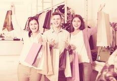 Adultos jovenes con las compras en tienda Fotografía de archivo