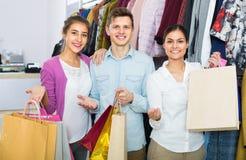 Adultos jovenes con las compras en tienda Fotos de archivo libres de regalías